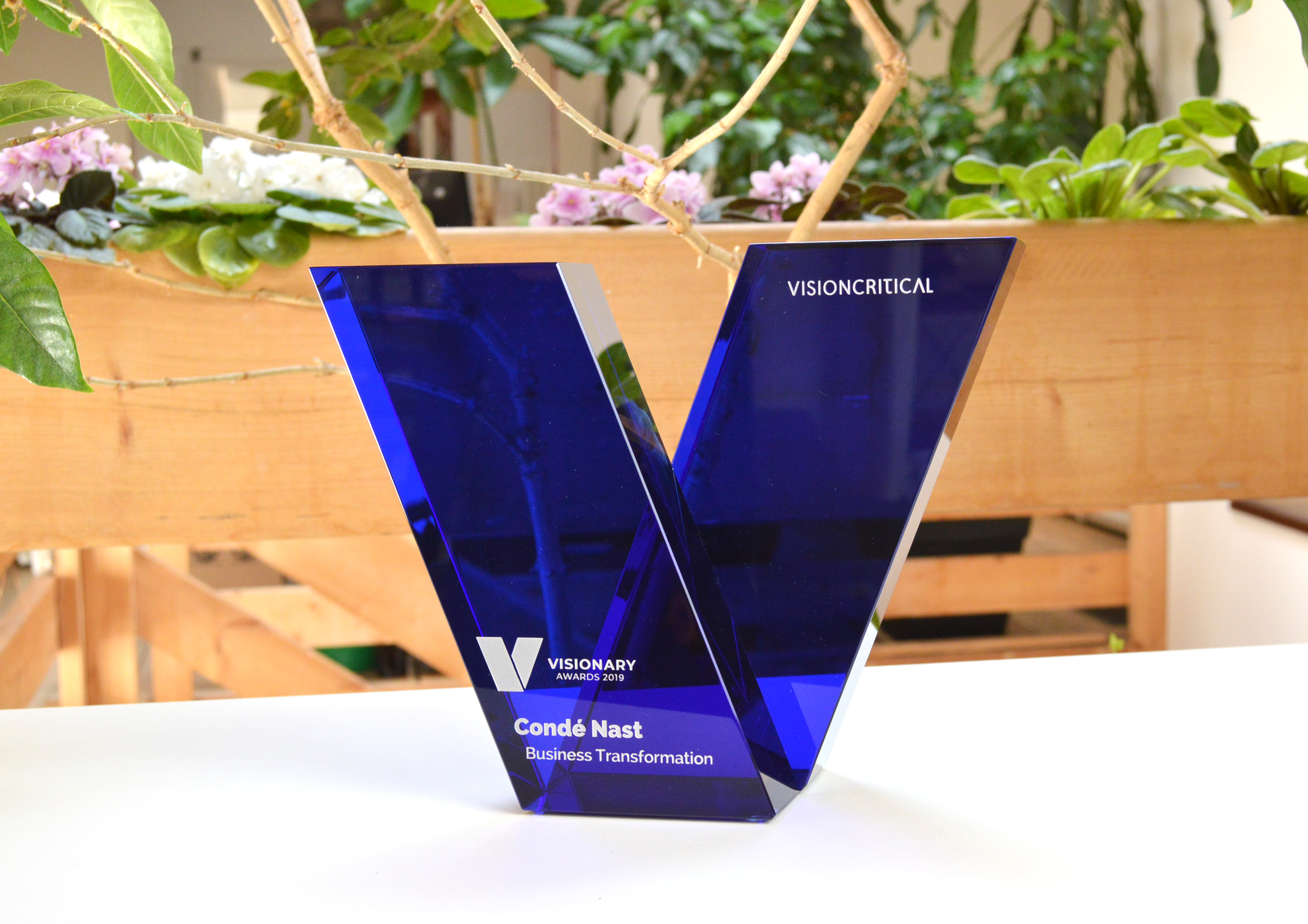 custom-award_modern_customized_blue-crystal_sandblasted_corporate_recognition-trophy_canada