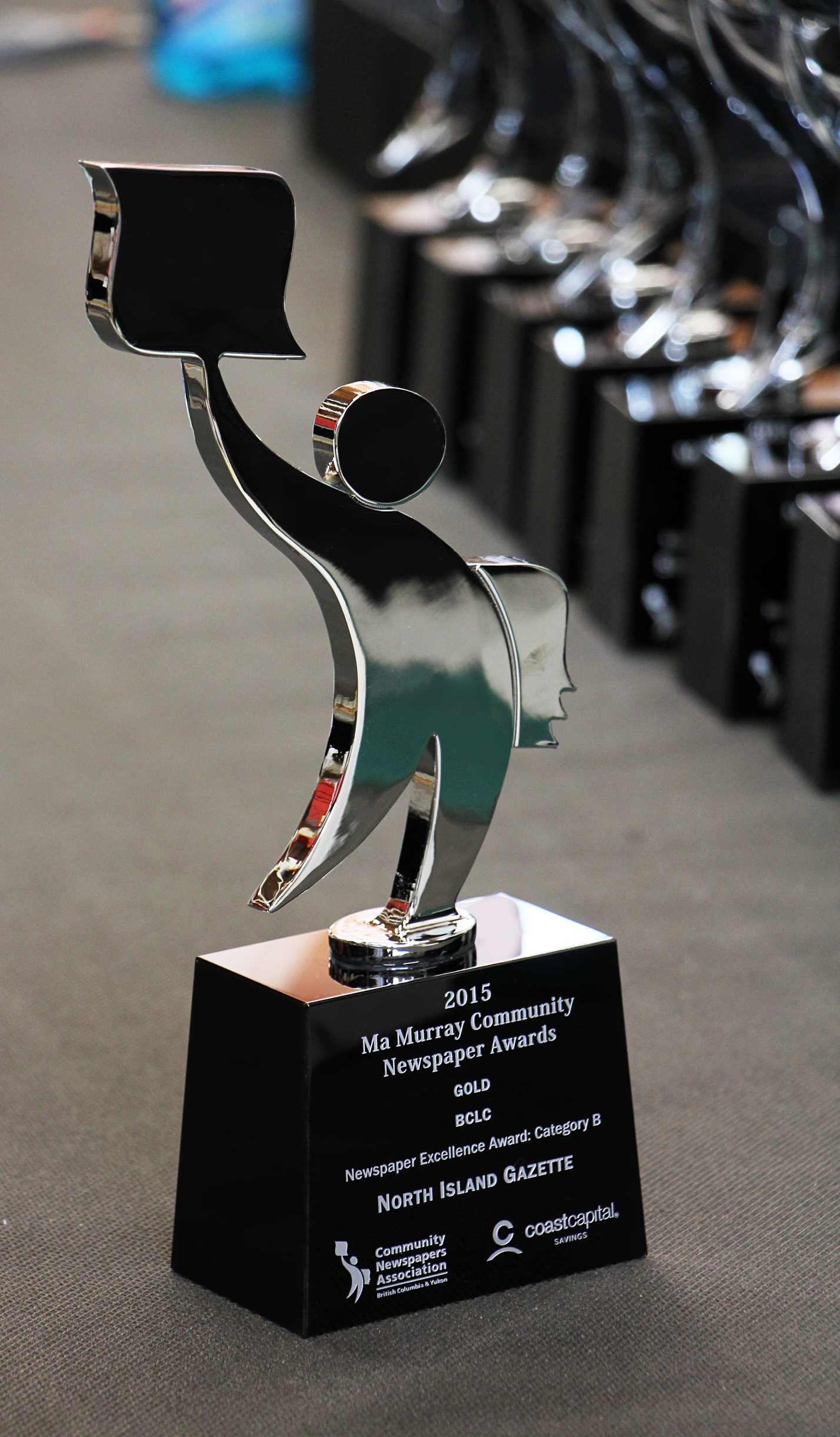 custom-award_modern_personalzied_sandblasted_glass_aluminum_newsboy_corporate_recognition_trophy_bc2